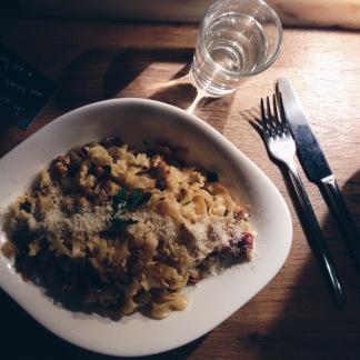 Vi var på Vapiano et par gange hvor de både serverer vildt lækre pastaretter og suveræne pizzaer! :-)