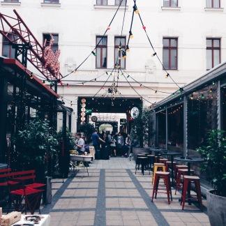 Hyggelig gyde med små restauranter og caféer i området omkring Kerület (kan desværre ikke huske den præcise placering...)