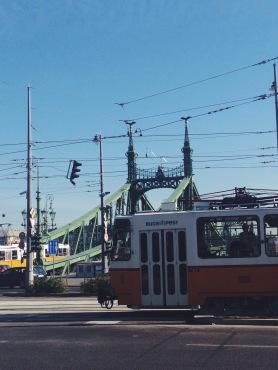 En af de mange sporvogne, som kører i Budapests gader.