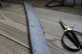 Fold stoffet på den lange led ret mod ret og sy sammen