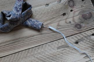 En elastik føres igennem røret